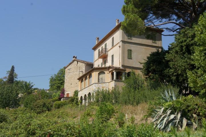 """""""La maison des jasmins"""" s'étend sur trois niveaux et est située en bordure de la route départementale qui traverse Le Bar-sur-Loup."""