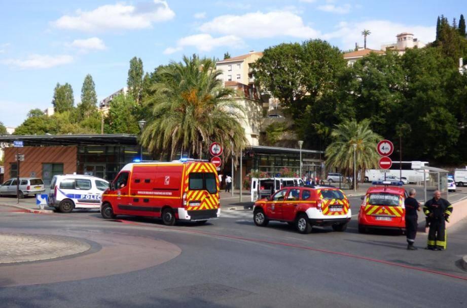 Policiers et pompiers ont bouclé le périmètre de la gare de Grasse en fin d'après-midi ce jeudi 11 août à cause d'un colis suspect retrouvé dans un TER.