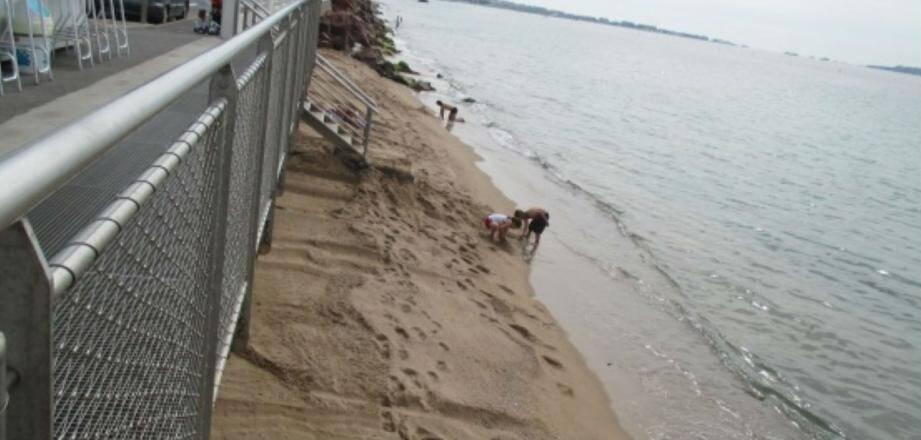 La plage autour du kiosque 26 ne fait que rétrécir malgré les trois apports en sable, en mai et juin dernier.
