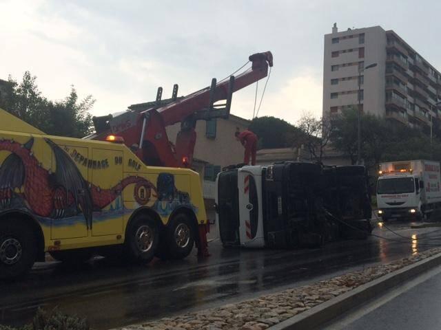 Deux engins de la société Dépannage du Golf ont été mobilisés pour redresser le camion couché.