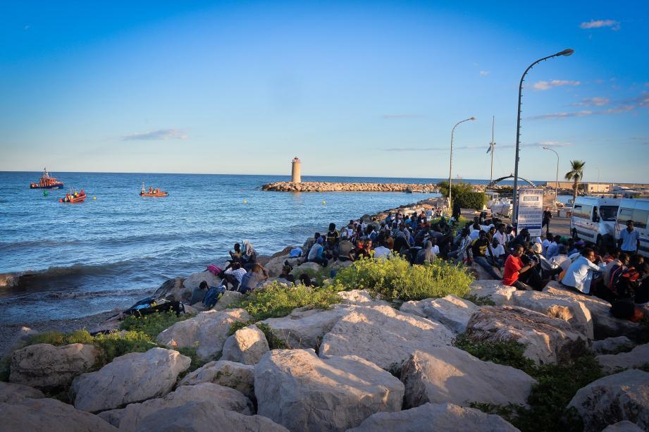 Des migrants amassés à la frontière, vendredi à Menton.