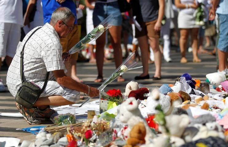 Nice le 07/08/2016 - Kiosque a musique au theatre de verdure - Rassemblement blanc en hommage aux victimes des attentas du 14 juillet 2016 a Nice.