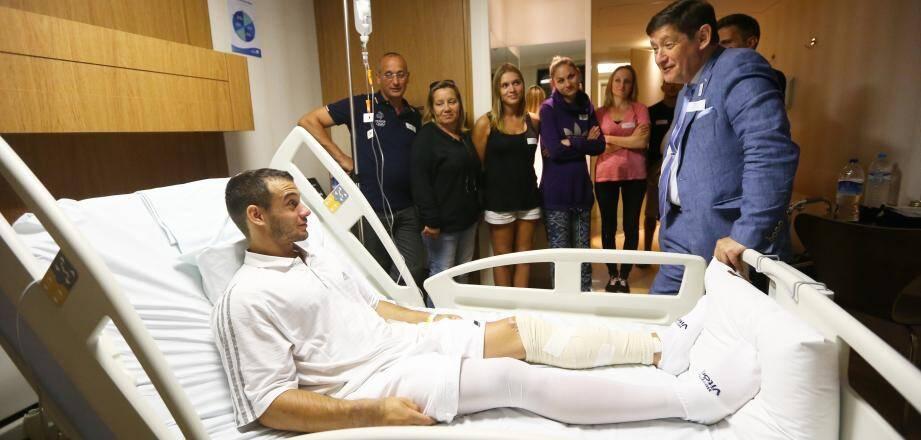 A l'hôpital Vitoria de Rio de Janeiro, le ministre des Sports Patrick Kanner est venu en personne dimanche soir apporter son réconfort à Samir Aït-Saïd.