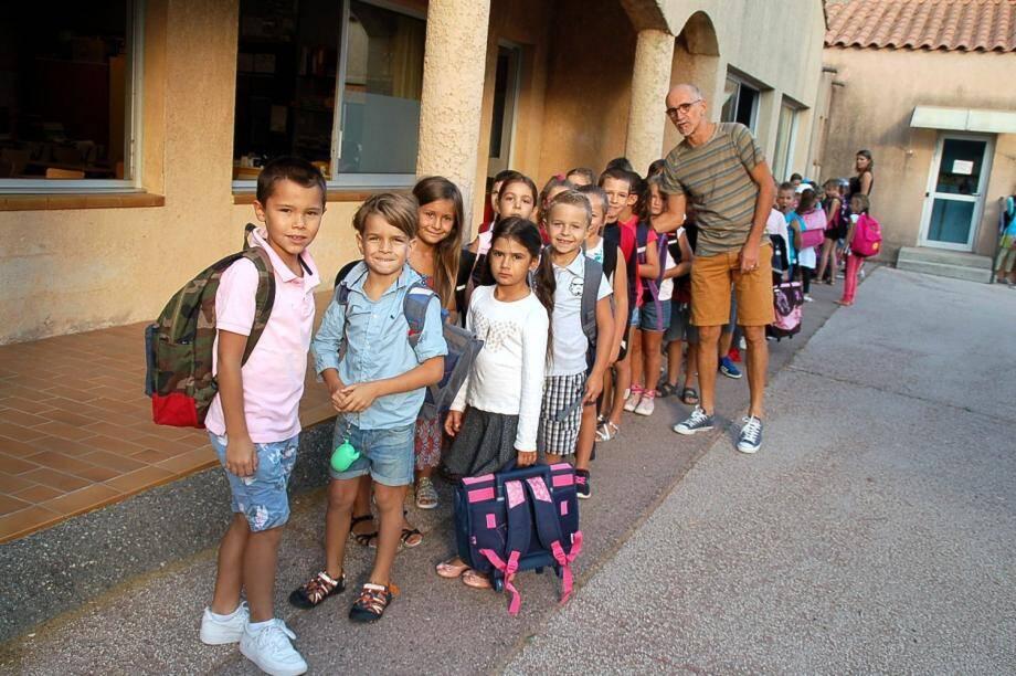 Les élèves de Philippe Blanc à l'école Pagnol s'apprêtent à rejoindre leur classe.