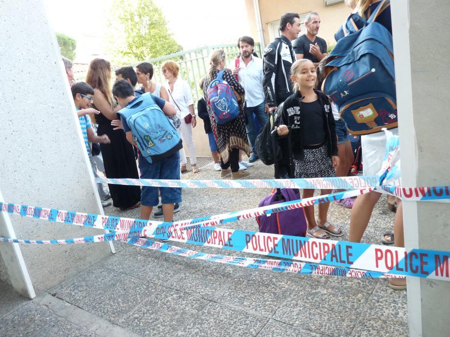 À l'heure de la rentrée, hier à 8 h 30, les parents ont pu accompagner leur enfant jusqu'à la porte de l'établissement, dans un dispositif sécuritaire bien présent.