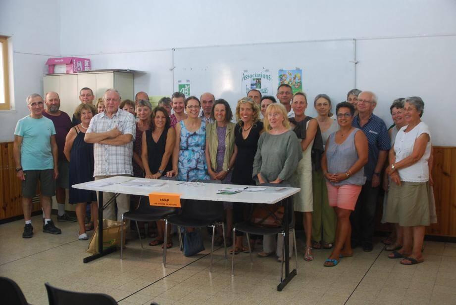 Les principaux responsables de l'association entourés de nombreux partenaires au cours de l'assemblée générale.