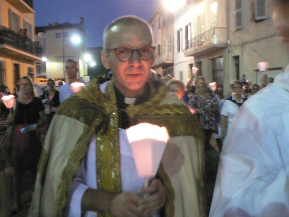 Le père Van Oost lors la procession à travers la ville, jeudi soir en l'honneur de la Vierge Marie.