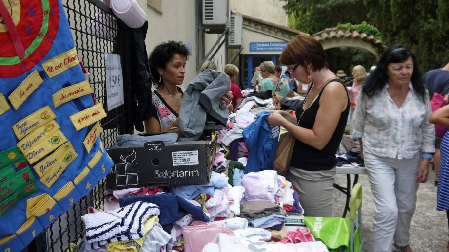 Vêtements, vaisselle, linge de maison, jouets, petit mobilier, attirent souvent un grand nombre d'habitués.