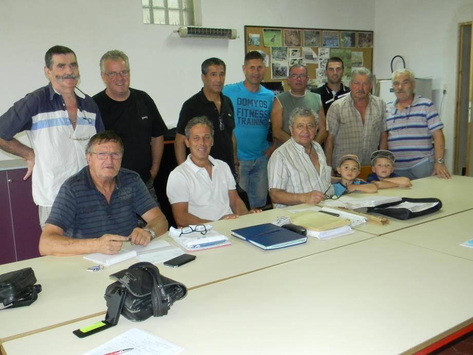 Les membres du bureau, au centre avec le tricot blanc, le président Gilles Boyer.