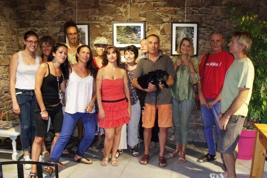Lors du vernissage de l'exposition, en présence du photographe Dominique Caillère (au premier plan, le chien dans les bras).
