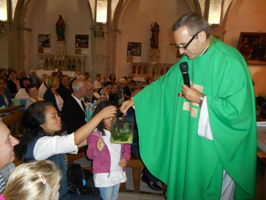 Lors de la première édition, le père Michel bénit les animaux des paroissiens.