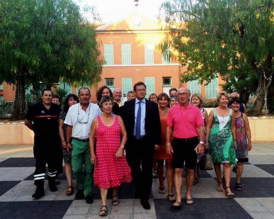 Le maire, entouré de Denise Fontova et Jean Fragiacomo, en compagnie des représentants.
