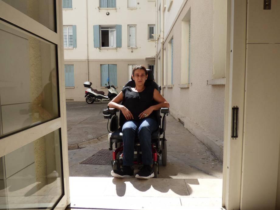 Depuis un an, monter la vingtaine de centimètres qui sépare la voie publique de l'entrée de son immeuble est un véritable calvaire pour Alyzée Attali, atteinte de la spina-bifida.