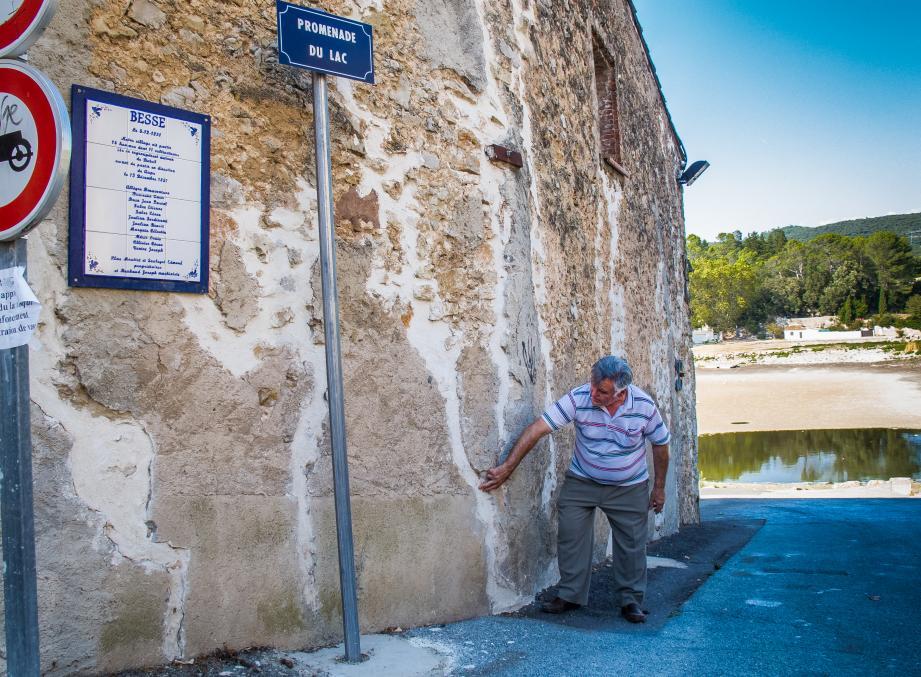 Les murs du vieux moulin à huile, déjà fissurés, colmatés et renforcés en 1990 et 2007, lors des précédentes sécheresses, sont à nouveau en train de craquer, comme le montre l'élu délégué à la coopérative oléicole Charles Basso.