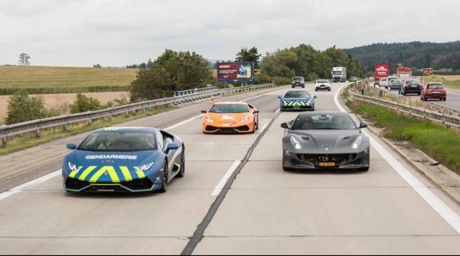 Sur  les autoroutes d'Europe, entre Amsterdam et Vienne, les bolides de la Team Gendarmerie de Saint-Tropez, ont fait une démonstration. Ci-dessous, la belle brochette néerlandaise. Auront-ils maintenant l'audace de rejoindre le village de Saint-Tropez ?