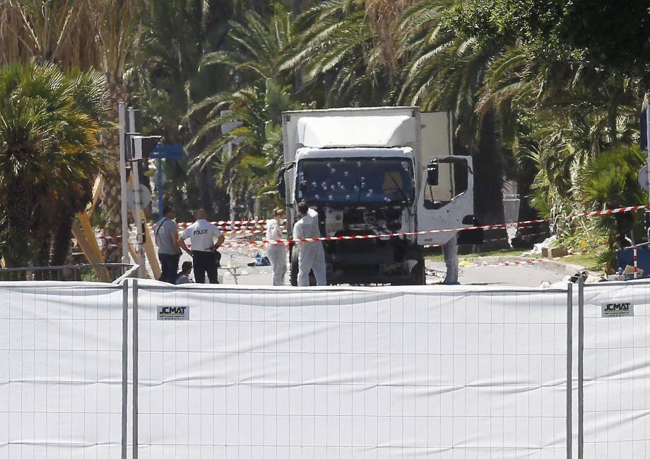 Dès le lendemain du drame, les experts scientifiques de la police entouraient le camion meurtrier conduit la veille au soir par Mohammed Lahouaiej Boulhel. L'enquête venait de commencer.