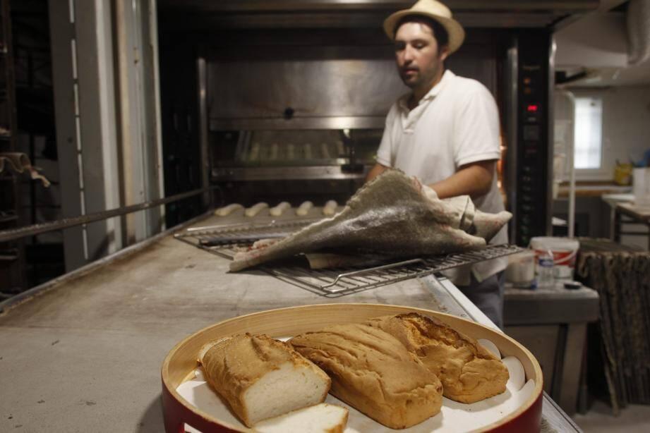 Alexandre Rebour, gérant de la « Pomponette », propose ses pains « sans-gluten » le mercredi et samedi.