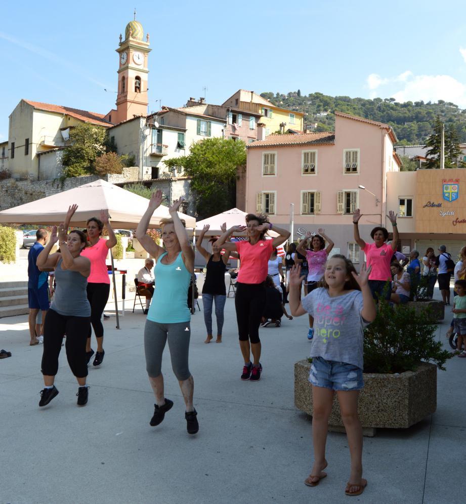 Sur le parvis de l'Espace Jean-Ferrat, les Drapois ont dansé avec Freestyle Dance Crew !