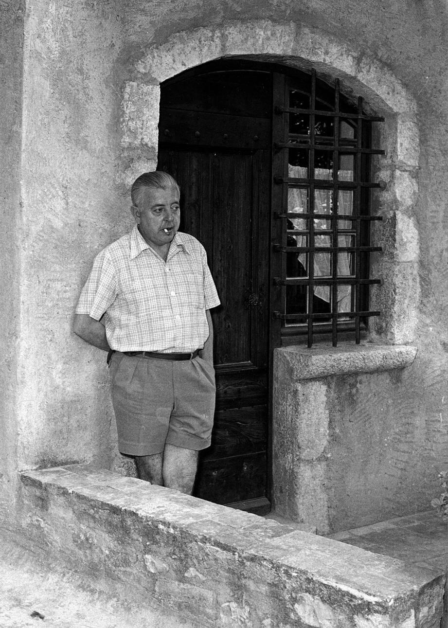 Le poète devant La Miette, sa maison des remparts.