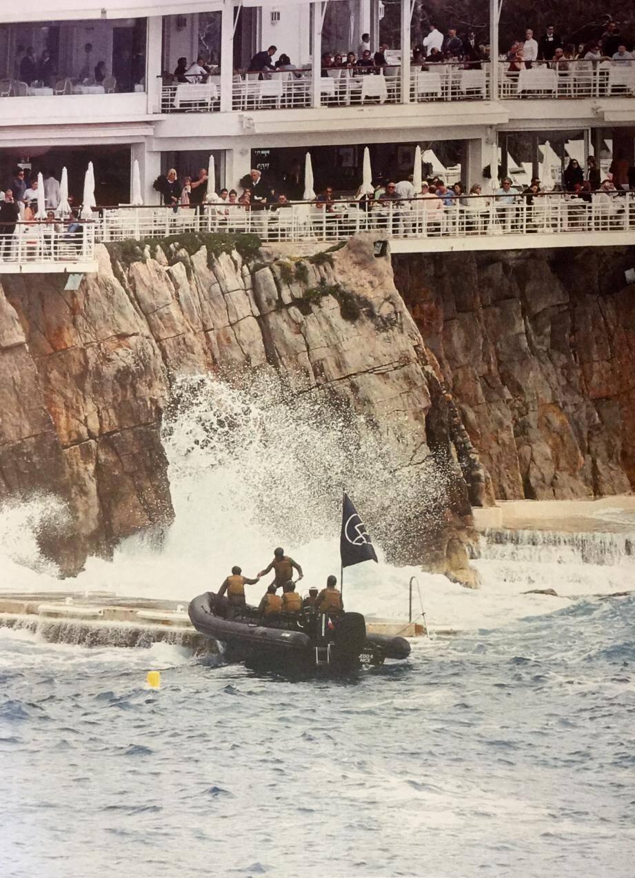 Le faux commando avait accosté au Cap d'Antibes à bord d'un semi-rigide, sous le regard interloqué des clients de l'hôtel.(D.R.)
