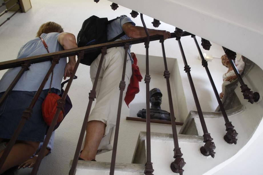 Dans l'escalier de l'hôtel de ville, le buste du général Bérenger.