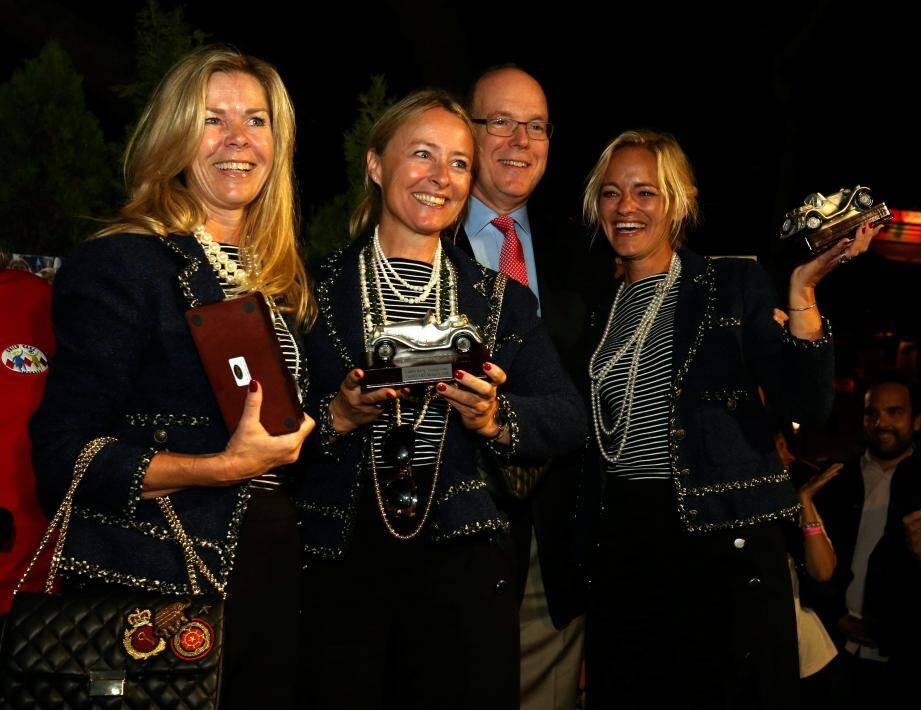 Hier soir, sur la place du Palais, le souverain est venu récompenser les gagnantes du prix du jury, la team Vikings.