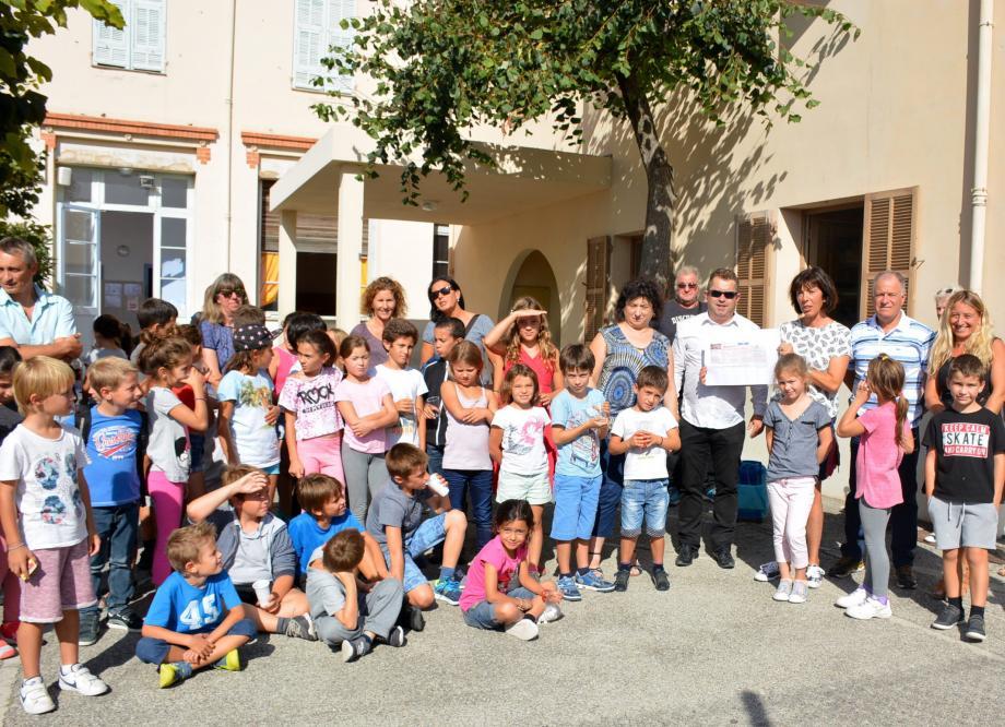 Photo de groupe pour une remise de chèque bienvenue pour l'école Jules-Romains qui aidera pour de futurs projets.