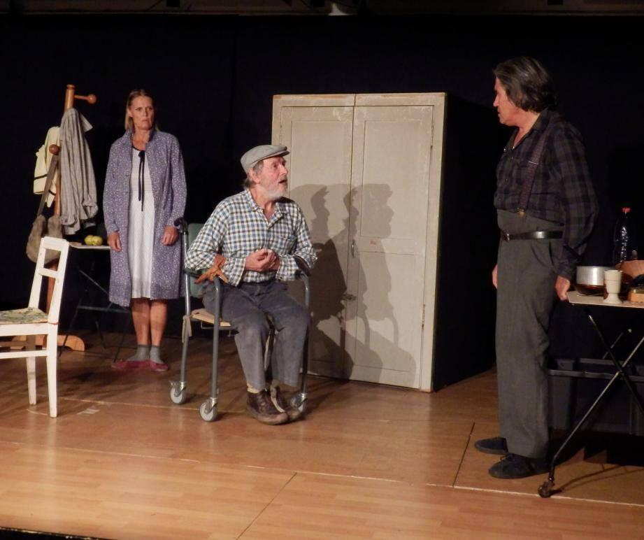 Une scène épurée et trois comédiens, qui ont tenu le public en haleine pendant une heure trente.