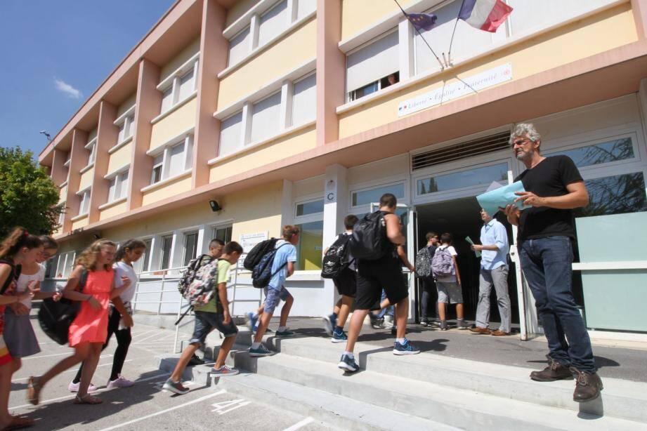 Après trois semaines de manque de professeurs dans telle ou telle discipline, le collège Jean-Médecin dispose enfin d'une équipe d'enseignants au complet.