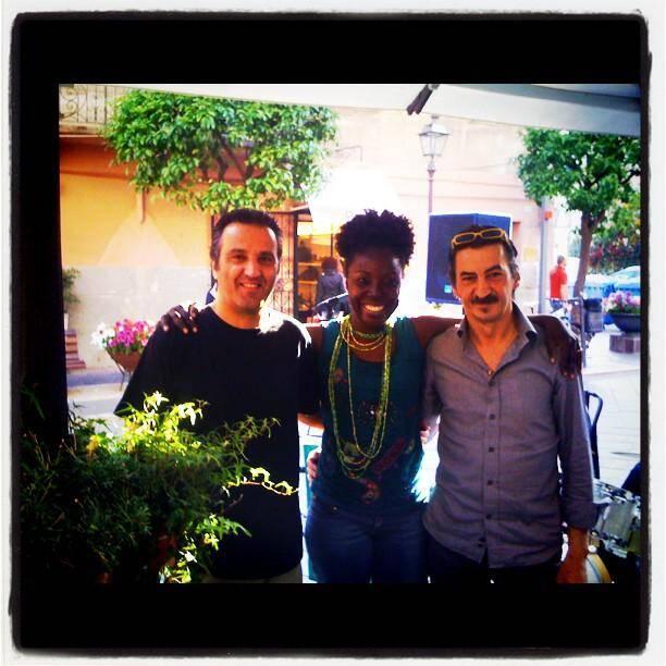 Enzo Cioffi, batterie, et Riccardo Anfosso, guitare la chanteuse brésilienne Valbilene Coutinho.(D.R.)
