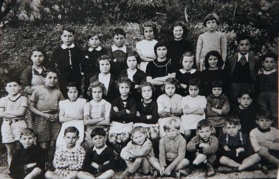 Le petit Chirac (1er à gauche, 4e rangée en haut) sur les bancs de l'école communale rayolaise entre 1942 et 1946. À sa droite, Gilou Zunino, et juste en dessous (mains croisées) le frère de celle-ci, Darius, son ami d'enfance avec qui il fit les quatre cents coups. (DR)