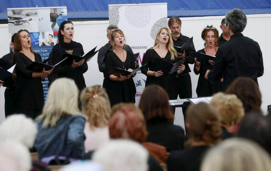 Le chœur de l'opéra a proposé une élévation par le chant sous la coupole de la salle Émeraude du parc Phœnix.