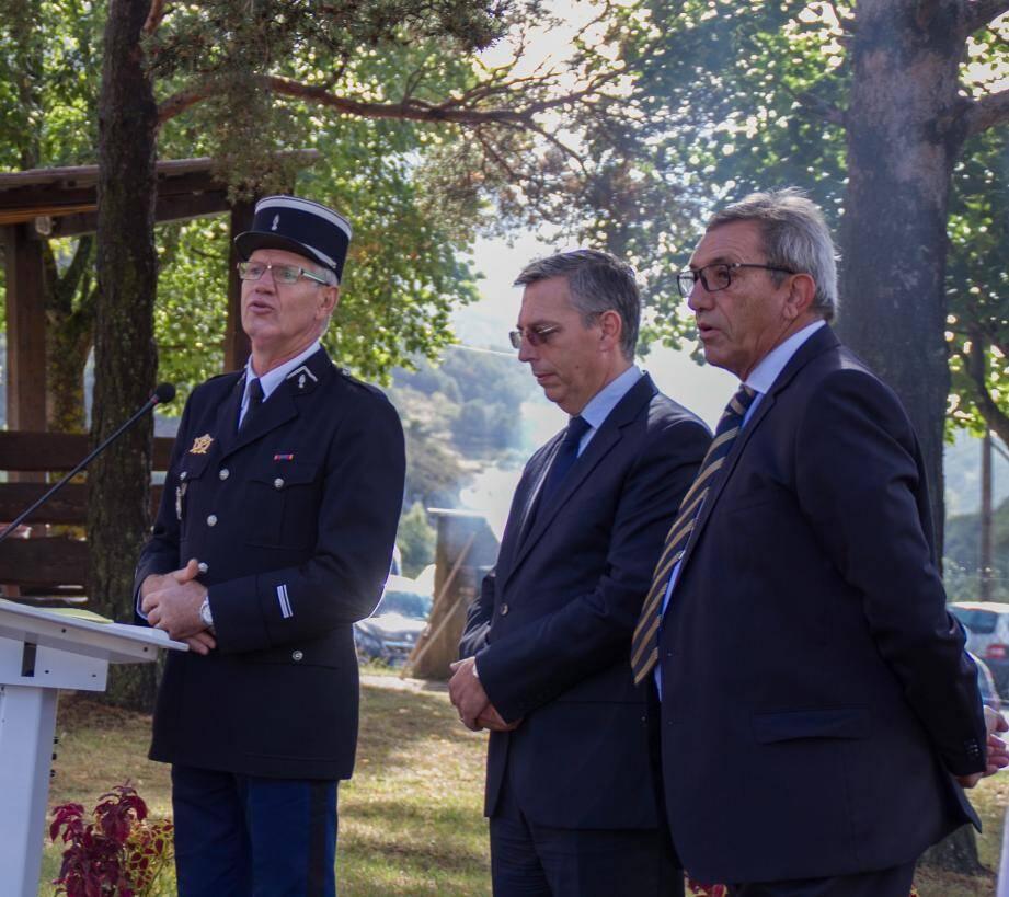 De gauche à droite Sailland, Hervé Demai secrétaire général de la sous-préfecture et Claude Bompar maire.