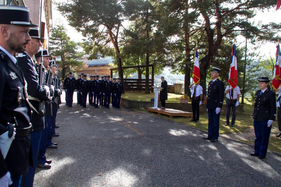 Pendant la prise de commandement, le major Philippe Sailland et le capitaine Lucile Béguin.