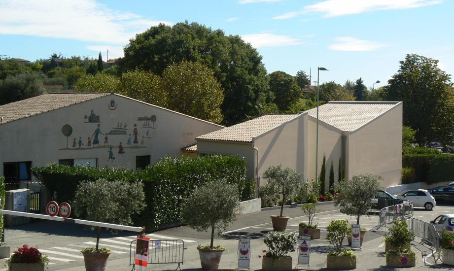 Le grand mur (à droite) de l'école maternelle va être peint par l'un des trois artistes en lice.