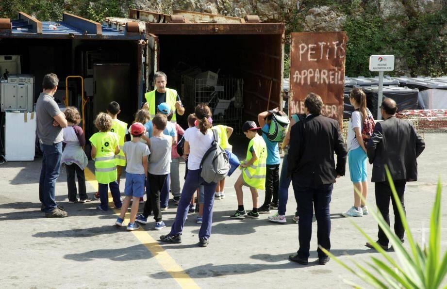 Les élèves ont pu assister à une présentation complète de la déchetterie hier et certains même avec Jean-Bernard Mion, maire de la commune.
