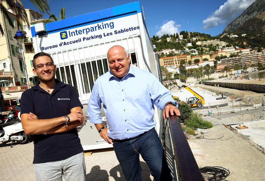 Pierre Roux, à droite, et son collaborateur, Manu, reçoivent dans leur bungalow le public souhaitant prendre un abonnement au parking des Sablettes, dont l'ouverture est prévue pour début décembre.