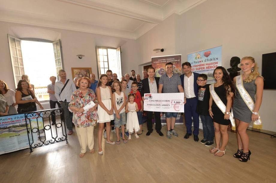 Émotion lors de la remise d'un chèque de 5 000 euros de Sébastien Truchi pour les enfants malades de l'association Adrien.