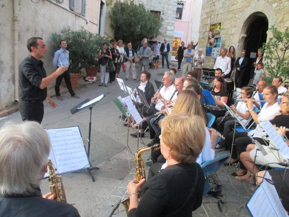 L'Harmonie municipale a joué des extraits de musiques populaires en prélude au concert classique.