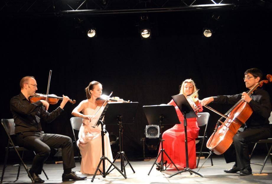 Un violoncelle, Philippe Cauchefer, un alto, Vanessa Kordic-Leteuré, deux violons, Pierre Bensaid et Mislava Bensaid pour cet élégant quatuor.