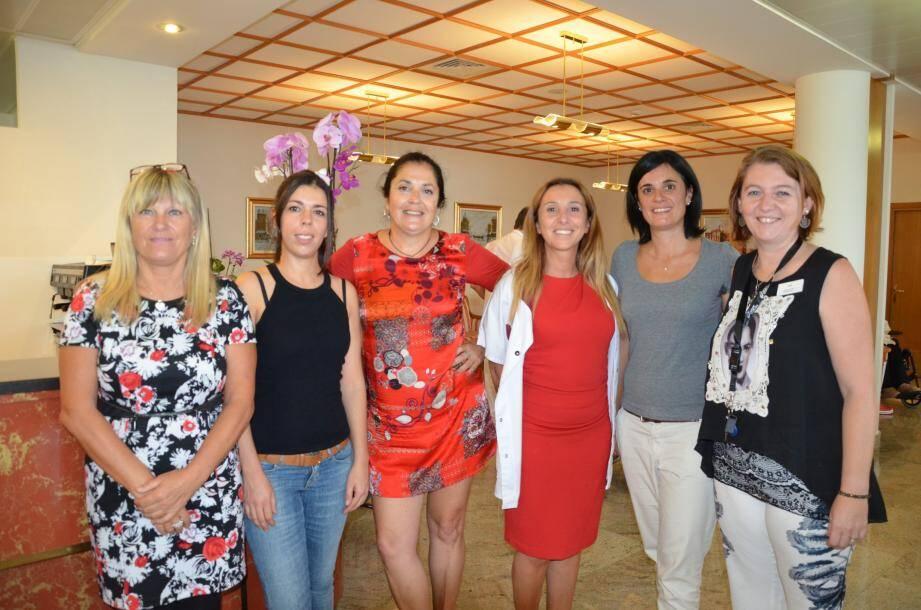 L'équipe de Fontdivina (de g. à dr.) : Fabienne, hôtesse d'accueil, Emmanuelle, animatrice, Camille Wahlen, directrice, Nadia Benhamanna, cadre de soins, Julie, animatrice, et Christelle, psychologue.