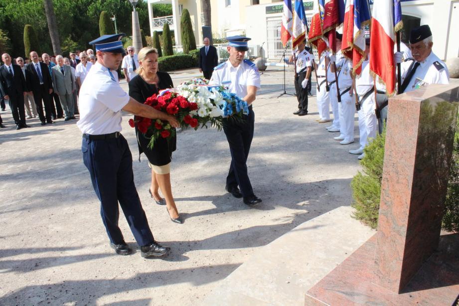 Dépôt de gerbe par Michèle Tabarot accompagnée deux agents de police municipale au nom de la municipalité.