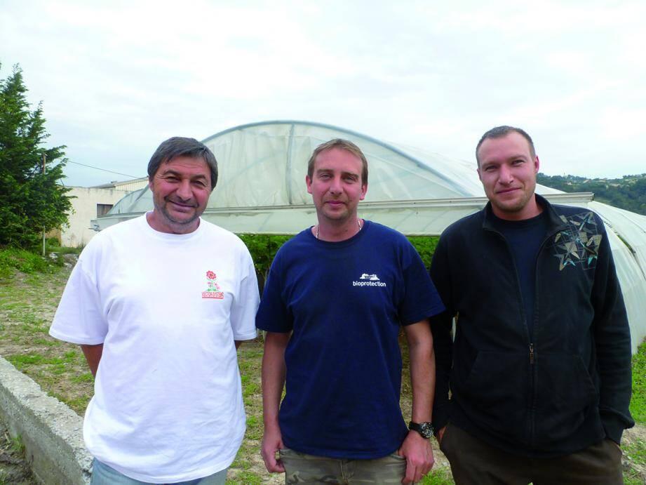 Jean Ferraro (à G) sur son exploitation en 2013, avec ses fils Fabien et Christophe.(DR)
