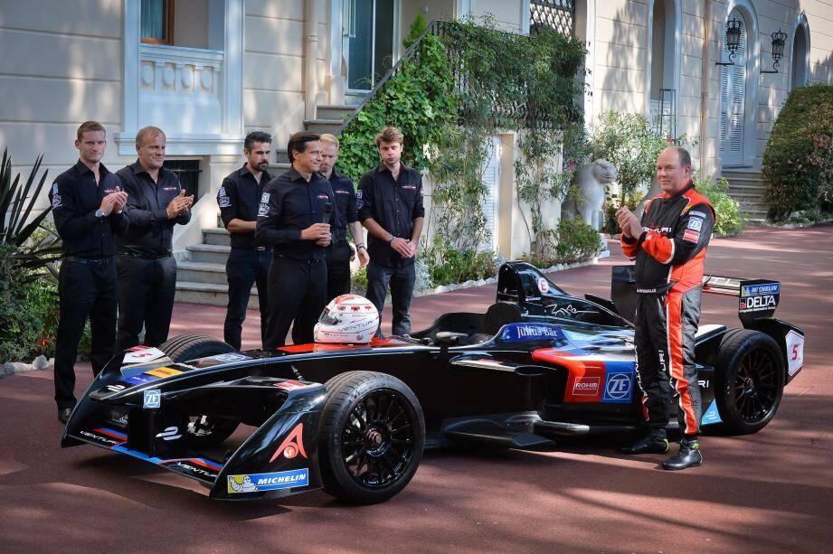 Douze jours avant le top départ de la saison 3, la nouvelle Venturi VM200-FE-02 a « mis les watts » dans les jardins du palais de Monaco. Avec le prince Albert II au volant, suprême privilège...