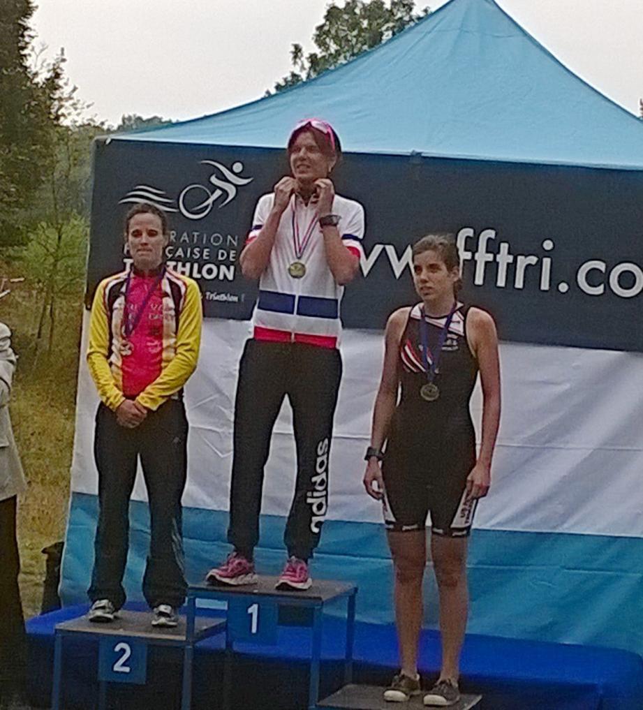 Céline Bousrez sur la plus haute marche du podium, la Grassoise vient de s'adjuger le titre de championne de France de duathlon longue distance. Une première pour elle et le TPG !