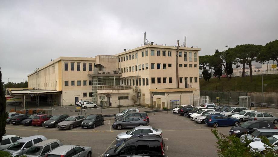 Le centre de tri ou plate forme industrielle devrait être démoli afin de permettre la restitution du terrain à la fin de l'année 2019.