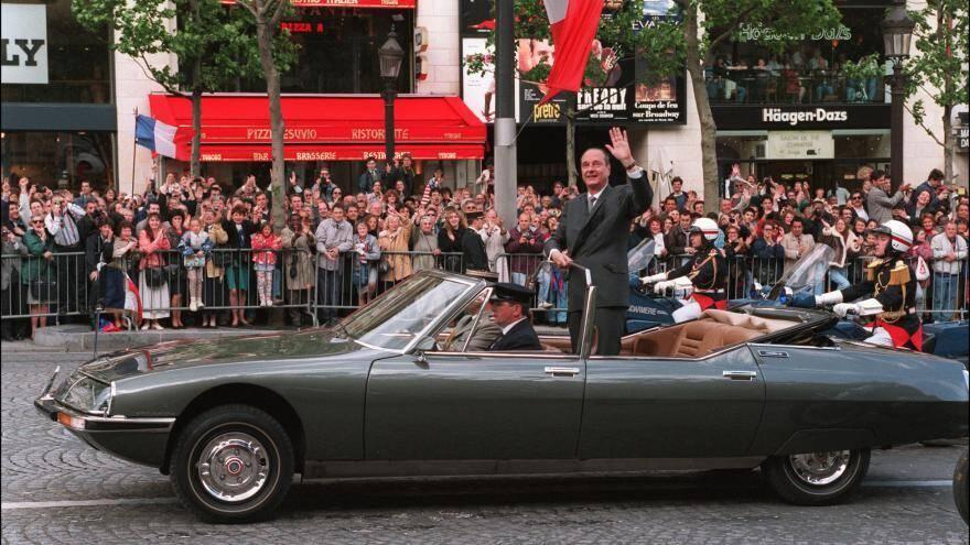 Debout dans sa Citroën-Maserati, le président de la République Jacques Chirac le 17 mai 1995 à Paris.