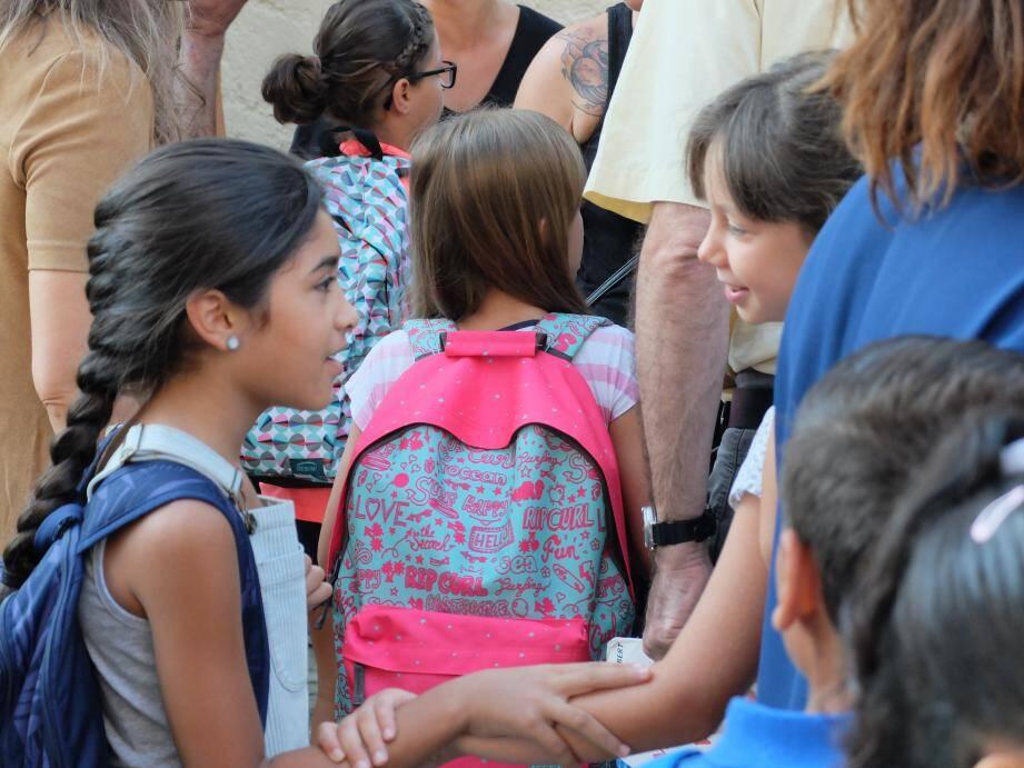 Des élèves dans une cour d'école.