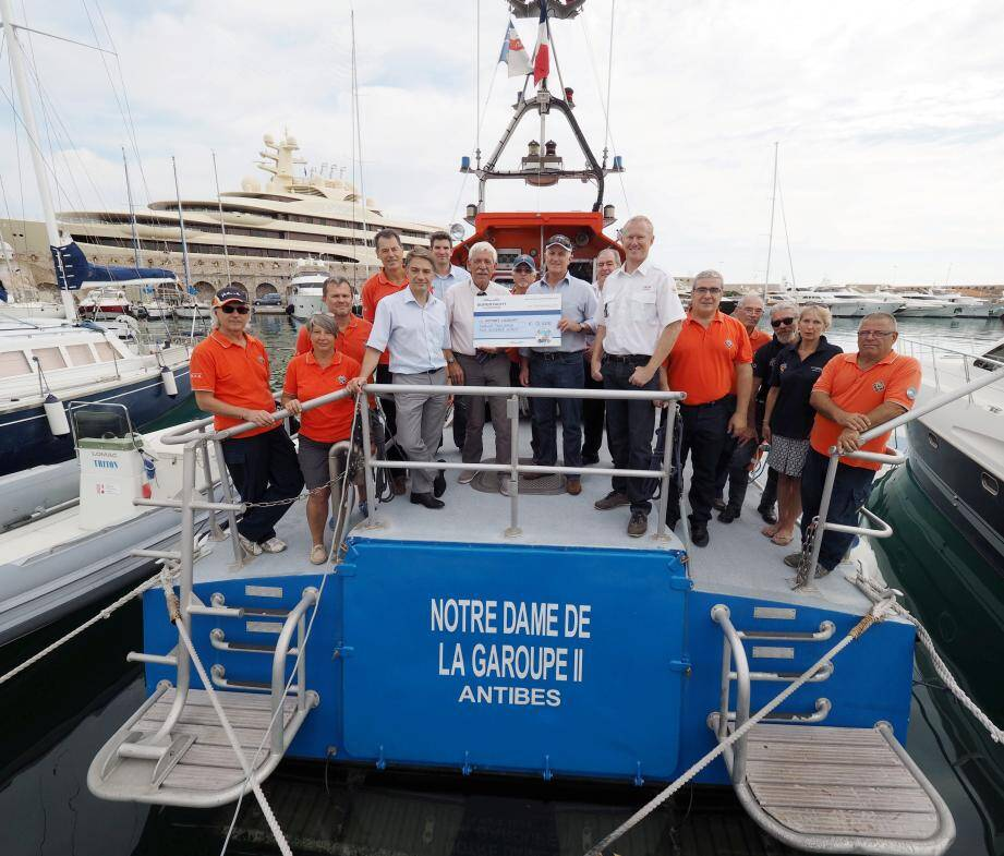 Un chèque bienvenu pour assurer l'entretien de Notre-Dame-de-la-Garoupe 2, le bateau de la Société nationale de sauvetage en mer d'Antibes.
