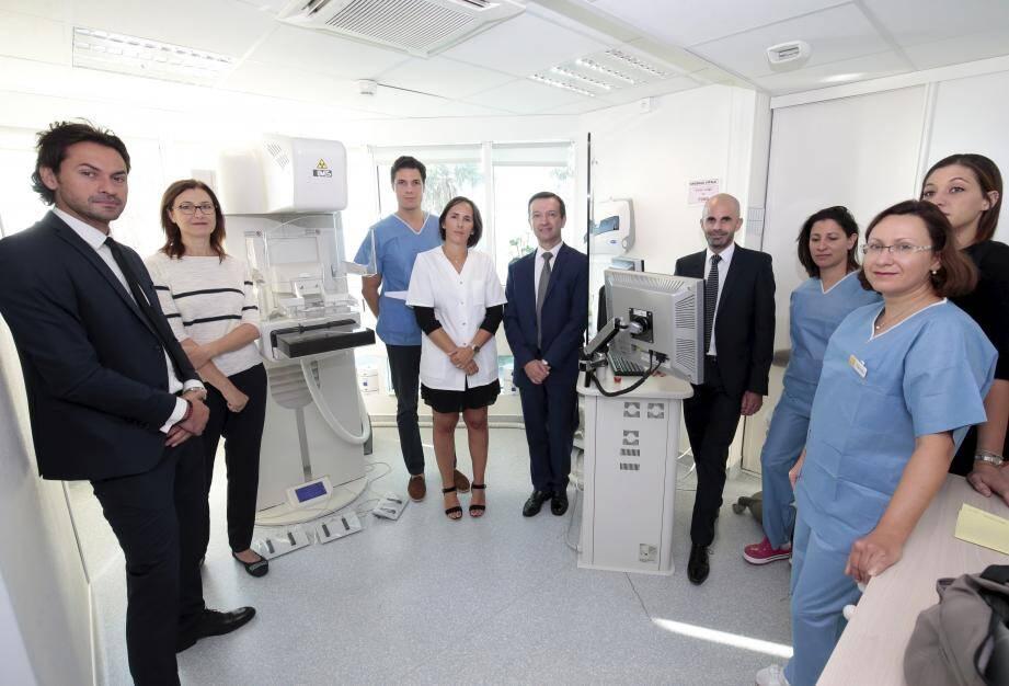 Autour de Bernard Lecat, PDG de la polyclinique Santa Maria (au centre), l'équipe du tout nouvel Institut du sein pour améliorer la prise en charge des patientes.